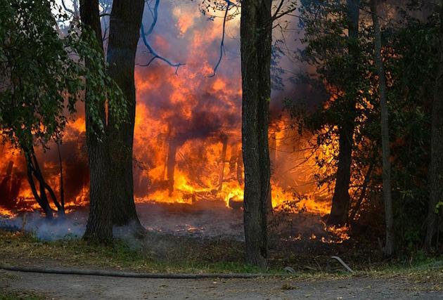 「火に油」から「火のない所に煙」まで、火に関係あるイディオム9選