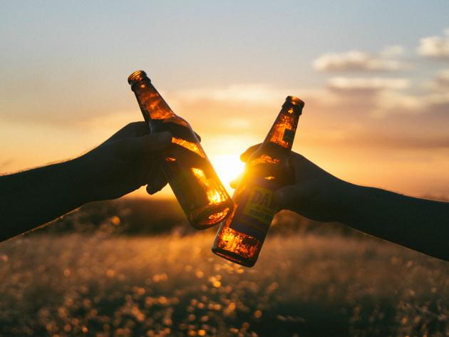 お酒の力を借りて、英語力アップ!バーで使える英会話フレーズを紹介。