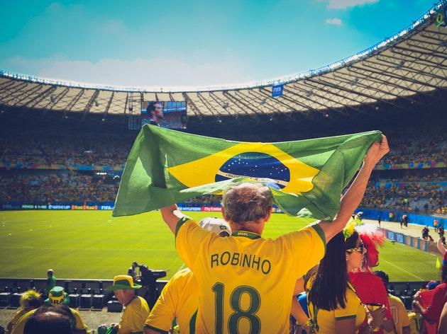 【爆笑】ワールドカップ出場国が敗退するたびに、その国のビールを飲むファン。Redditの反応は?