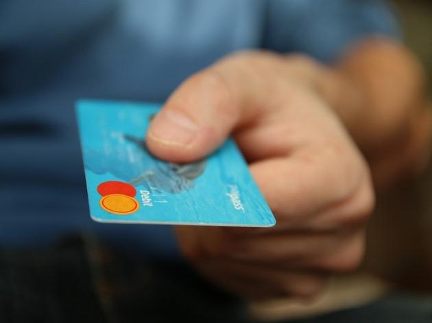 サーチャージってなんでしょう?クレジットカード払いは便利だけれど、「サーチャージ」かかっているかもしれません